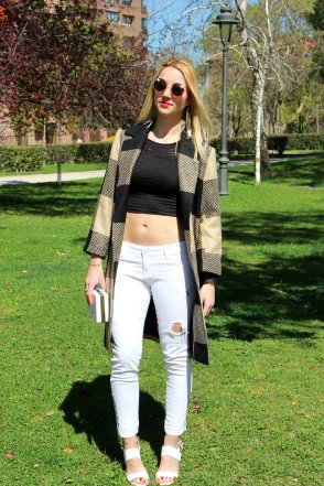 stripes crop top ripped jeans white sandals vaqueros rotos boho earrings