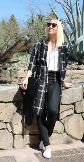 black jeans blouse lace up summer tendencias verano sneakers cuadros light coat